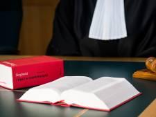 OM: Breukelaar (70) bespiedde zijn therapeute met verrekijker, stuurde smerige brieven en stak banden lek