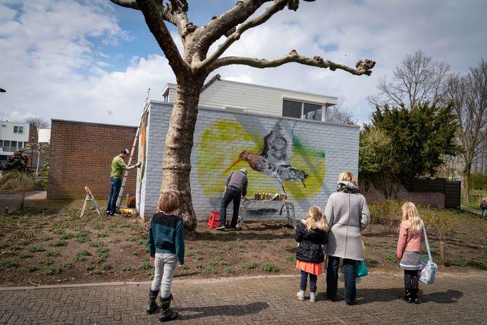 Het transformatorhuisje in de Huissense wijk Zilverkamp is niet langer 'een steen des aanstoots'.