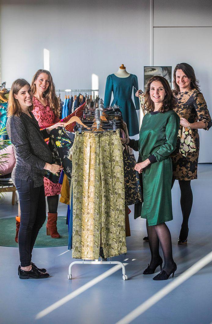 Op de voorgrond de eigenaren van Masterpiece Suzanne Vermet-Reijgersberg (rechts) en Lieke van Schouwenburg, met daar achter twee van hun klanten: Marieke van Doorn (rechts) en Marjolein Fabri-Oud.