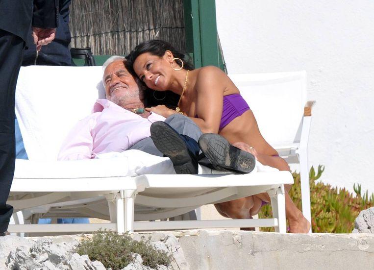 Met Jean-Paul Belmondo. 'Ik kan nu eigenlijk niet anders meer dan bij Belmondo blijven: het zou hem kwetsen als ik hem zou dumpen, en dat krijg ik niet over mijn hart.' Beeld Reporters / Abaca