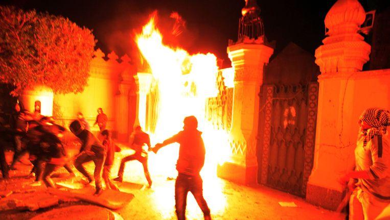 Egyptische actievoerders gooiden vuurbommen en stenen nabij het presidentiële paleis in Caïro. Beeld AP
