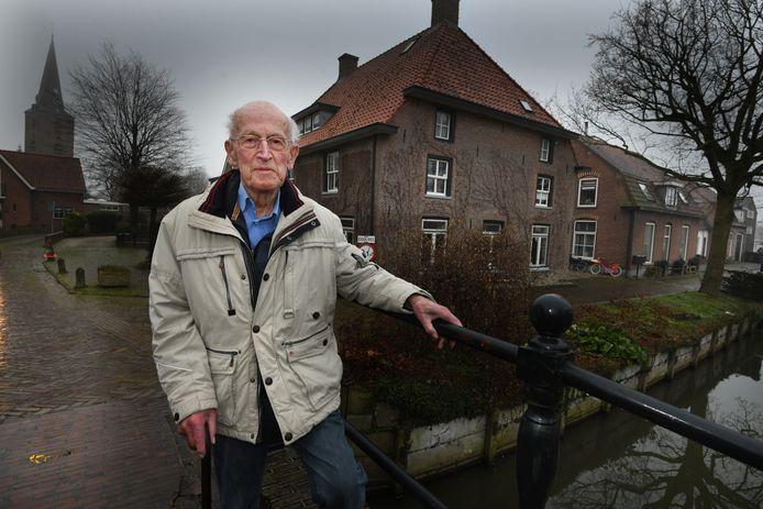 Henk Baas aan de Brink in Schalkwijk, waar hij zijn hele leven heeft gewoond.