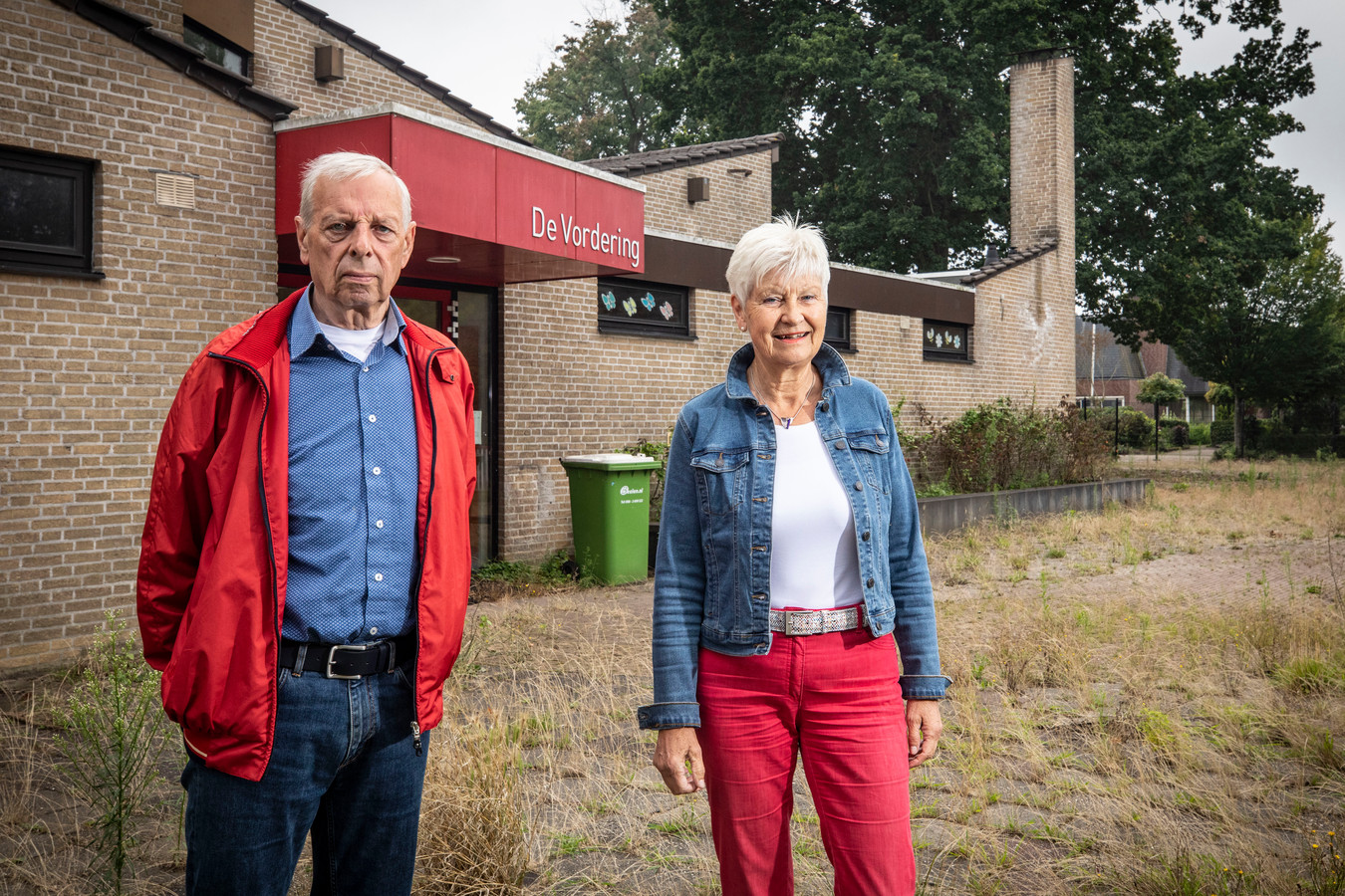 Jan Breukink en Eppie van het Hof op het door onkruid overwoekerde schoolplein van De Vordering. Van het Hof: ,,Sociale woningbouw zou een prima oplossing zijn op de plek van de oude school.''