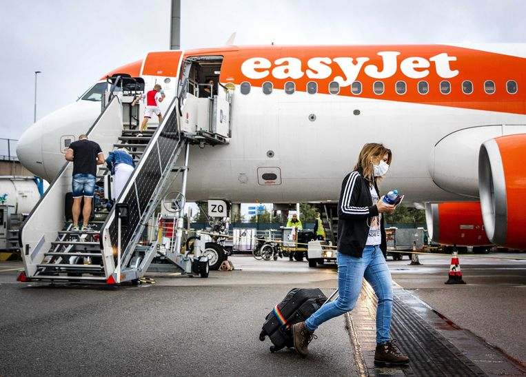 Passagiers gaan aan boord van een Easyjettoestel op Schiphol op 1 juli 2020, de eerste dag dat er na de eerste lockdown weer gevolgen mocht worden. Beeld Hollandse Hoogte / EPA