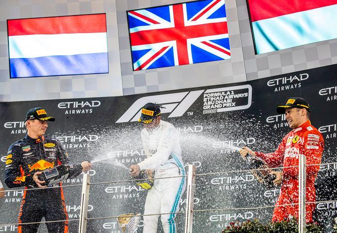 Lewis Hamilton viert de zege in de laatste Grand Prix van 2019 in Abu Dhabi.