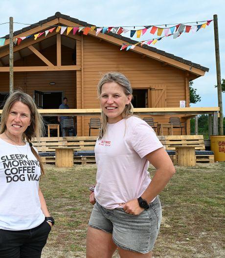 Zussen Yvonne en Peggy runnen het strandpaviljoen van De Kuilen: 'Spannend, een beetje eng misschien wel'