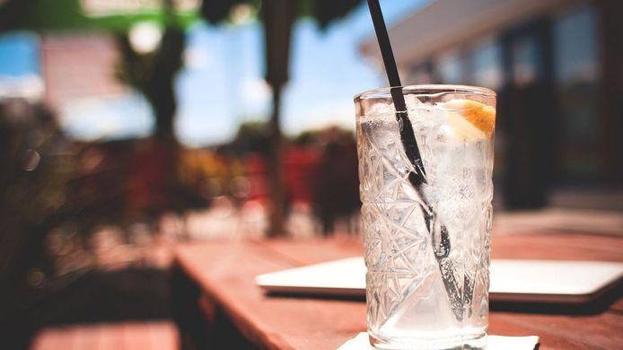 Geniet van een drankje en een babbel op het pop-upzomerterras op welzijnssite Ten Hove.