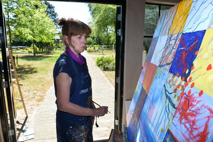 In het baarhuisje op begraafplaats Zuylen werkt Maud van Nie aan haar boom. ,,De plek zelf inspireert zonder meer.''  Jan Stads / Pix4Profs