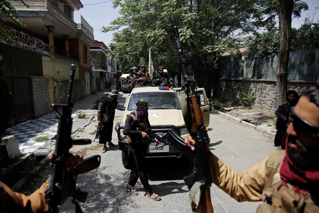 Patrouillerende Talibanstrijders in de Afghaanse hoofdstad Kabul.  Beeld Rahmat Gul / AP