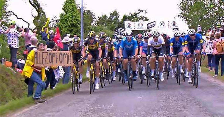 Het beruchte voorval in de Tour van dit jaar. Door de vrouw in de gele jas met haar bord kwamen zo'n vijftig wielrenners ten val.  Beeld .