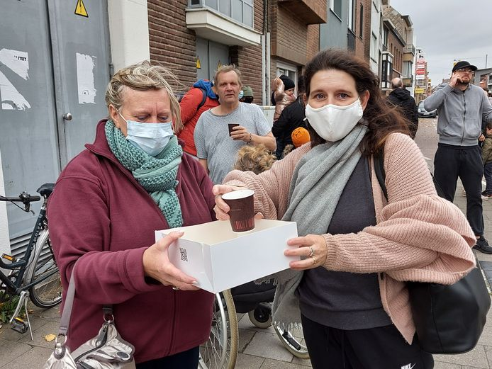 De solidariteit onder de bewoners is groot. Er wordt koffie uitgedeeld aan de geëvacueerden.