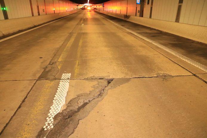 Het wegdek in de Beverentunnel is niet in een al te beste staat.