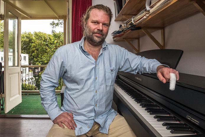 UTRECHT-Het bovenste kootje van de middelvinger van pianist Marcel Duijs werd afgebeten door een hond.