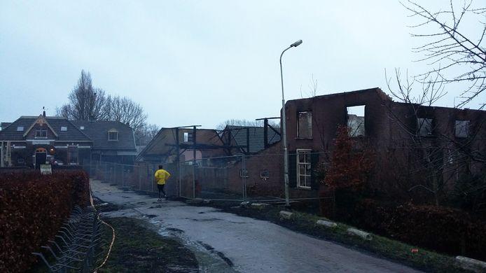 De boerderij die zondagavond afbrandde bij hotel-huiskamercafé Oortjeshekken smeulde maandagochtend nog na.