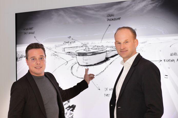 Ron Haans (links) en compagnon Koen Wouters laten het eerste schetsontwerp voor de verhoopte locatie op Wijkevoort zien.