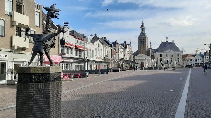 De Tullepetaon kijkt uit over een lege Markt. Maandag 23 maart 2020, Roosendaal.