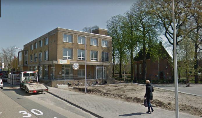 De oude Rabobank, met daarnaast het Van Goghkerkje (tijdens de reconstructie van de Molenstraat en het Van Goghplein)