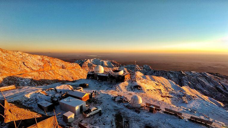 Telescopen in aanbouw op de  Saishiteng-berg in Tibet. Beeld Licai Deng / NAOC