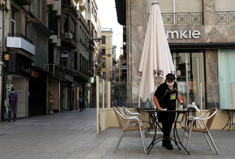 Een leeg terras in Lerida, Spanje.  Beeld REUTERS