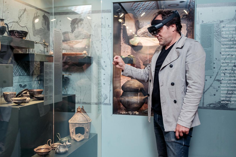 Met een hololens kunnen vooraf geselecteerde objecten virtueel uit de vitrine worden gepakt.   Beeld Jakob Van Vliet