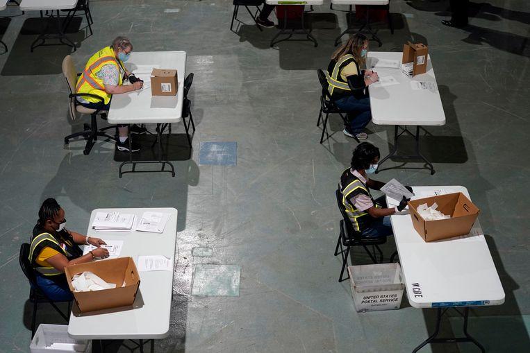 De vroege stemmen worden geteld in Raleigh, North Carolina. Beeld AP