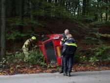 Arnhemse twintigers gered via dakraam na crash met auto op Posbank, een van hen is ernstig gewond