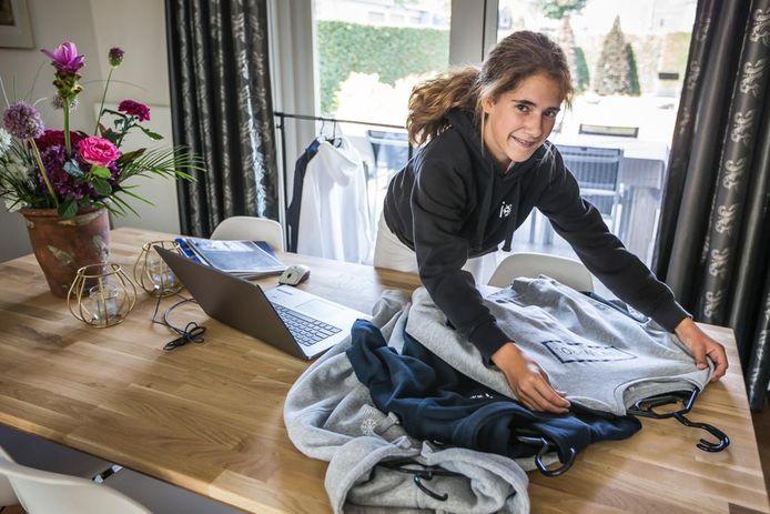Michelle Kersten (14 jaar) ontwerpt en verkoopt skikleding en doet bijna alles zelf.
