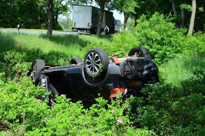 De auto met daarin twee Nederlanders eindigde in Gronau op de kop in de berm.