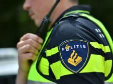 Auto vliegt over de kop en raakt wachtende fietser (18) in Oosterhout