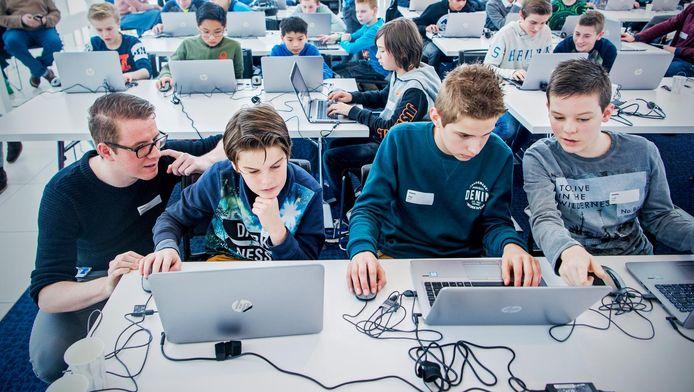 Op de 44ste verdieping van de Maastoren kregen drie meisjes en 47 jongens, waaronder Luke Weerheim (uiterst rechts), les in hacken.