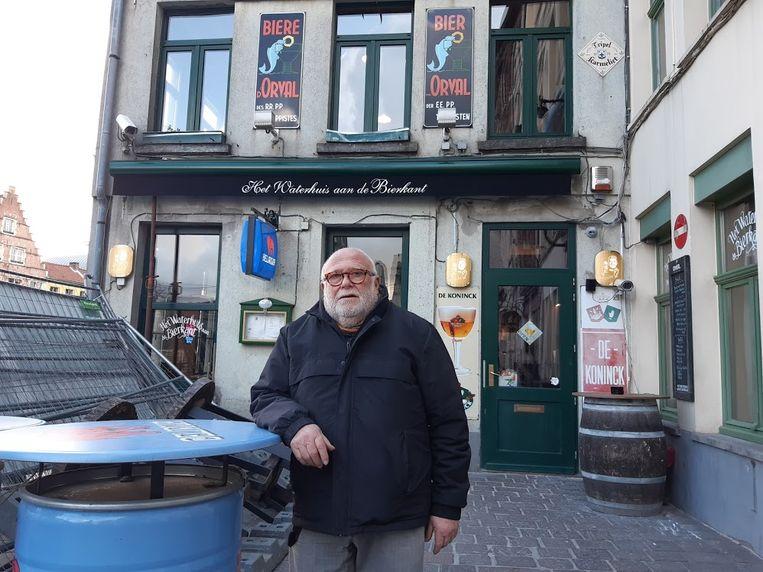 Paul Rysenaer, Pol van het Dreupelkot, voor de gevel van het Waterhuis aan de Bierkant.