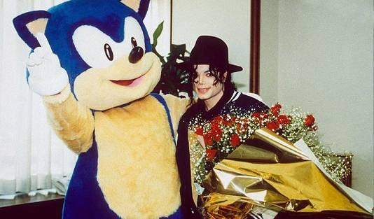 Michael Jackson samen met een levensgrote Sonic the Hedgehog
