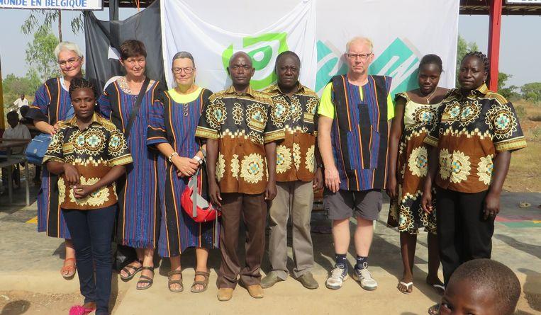 De delegatie met Pia De Monie, Nicole De Clerck, Viviane Smet en Herman Laureys, samen met het lerarenkorps van het schootje, allen in traditionele Afrikaanse outfit.