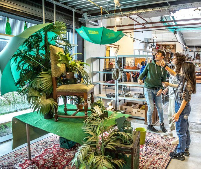 Studenten van Cibap doen mee binnen circulair ambachtsnetwerk WaardeRing. Ze gaan met binnengebrachte spullen van Kringloop Zwolle aan de slag, die normaal gesproken minder populair zijn in de winkels en op de vuilstort belanden.