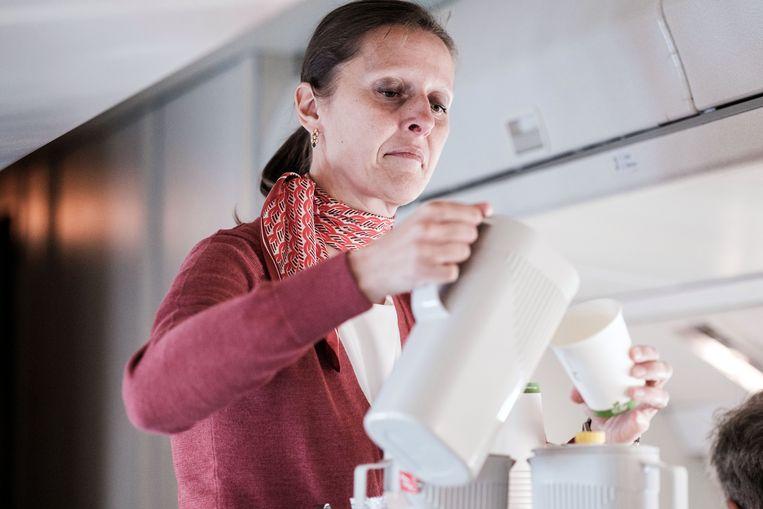 Stewardess Barbara schenkt koffie in. Die is gratis, en dat appreciëren de passagiers.  Beeld Bob Van Mol