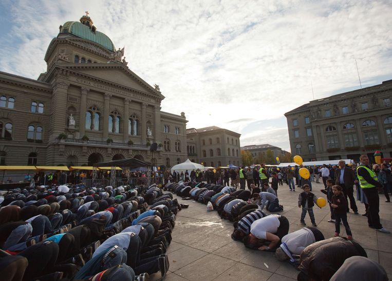 Archiefbeeld. Moslimmannen bidden bij het Federale Paleis in Bern tijdens een protest tegen islamofobie en racisme. (29/10/2011) Beeld REUTERS