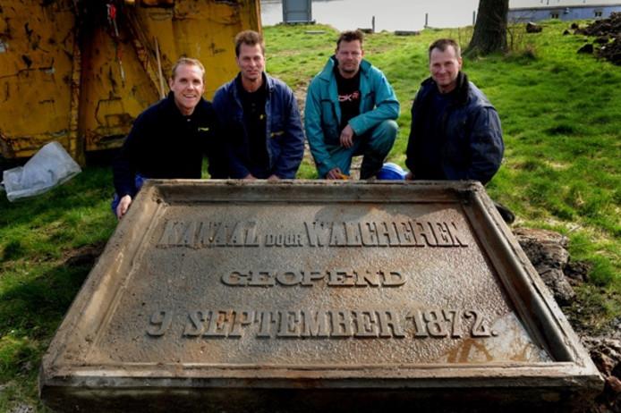 Bodemsaneerders van Sturm en Dekker met het uit het puin geredde 'historisch waardevolle object'. foto Lex de Meester