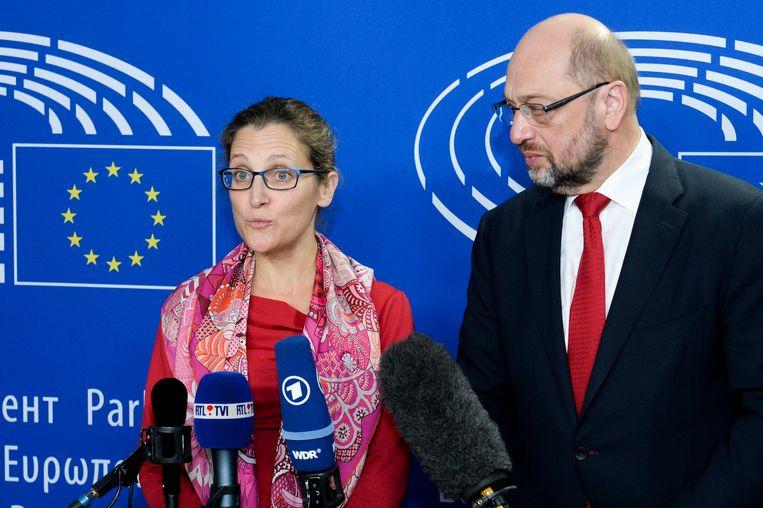 Schulz en de Canadese minister van Handel Chrystia Freeland. Beeld EPA
