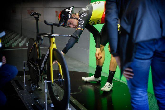 """Begin december bracht Van Aert een bezoekje aan de windtunnel van de universiteit in Eindhoven. Die test valt niet los te zien van de olympische tijdrit in Tokio. """"De ploeg is veranderd van fietsmerk, van Bianchi naar Cervélo, en je kan een positie op de fiets niet zomaar kopiëren van het ene naar het andere merk."""""""
