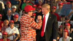 Trump haalt man op podium die duidelijk voorstander is van zijn muur
