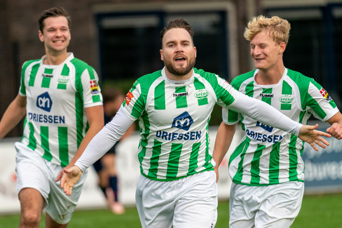 Niels Kleijn viert zijn doelpunt tegen MASV.
