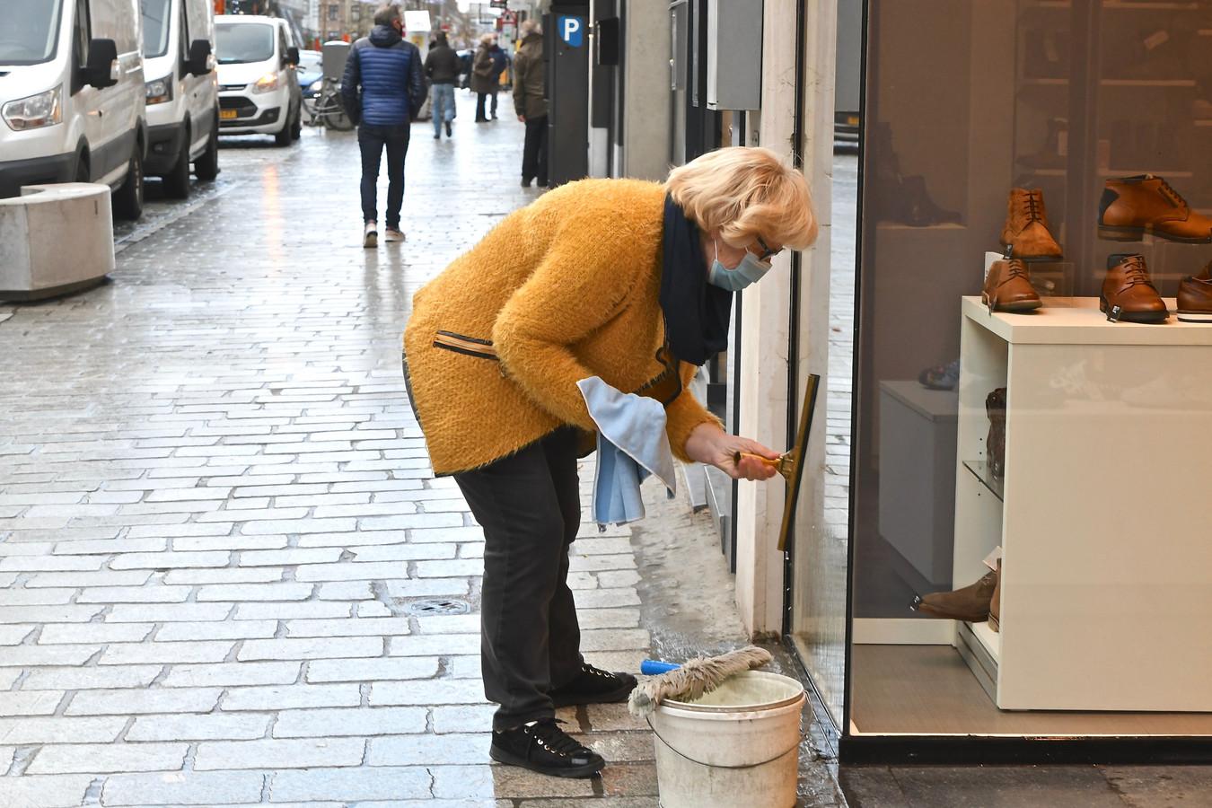 Net voor openingstijd waren verschillende handelaars nog druk in de weer om hun winkel op orde te zetten.