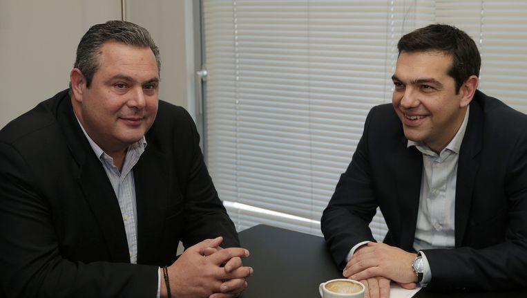 Alexis Tsipras (rechts) en Panos Kammenos: een verstandshuwelijk van twee tegenpolen. Beeld AP
