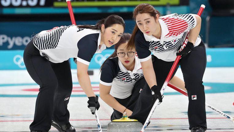 Kim Kyung-ae (links) en Kim Young-mi (rechts), twee van zeven Kims die de Zuid-Koreaanse curlingploeg rijk is. Beeld epa