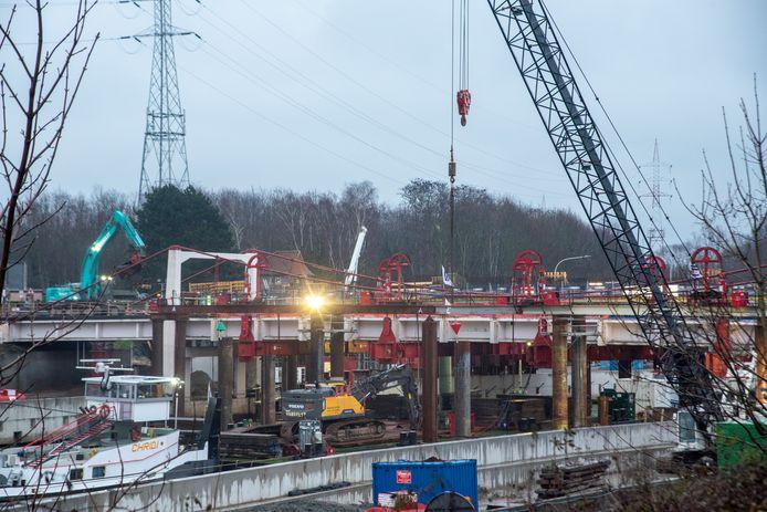 ZATERDAG 18.00 UUR: De afbraak van de Bergwijkbrug liep heel wat vertraging op. Zaterdagavond was het brugdek nog steeds niet ontmanteld.