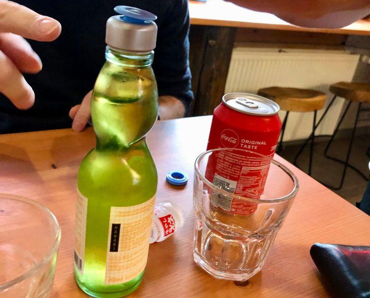 In de limonade zit een knikker. Het vergt wat behendigheid om het flesje open te krijgen.