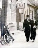 Het huis van de familie Bock in Oeffelt, mei 1939. Man en vrouw voor het pand zijn de pas getrouwde buren, echtpaar Graat-Donkers.
