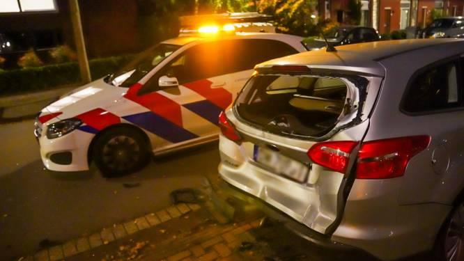 Busje vliegt uit de bocht en ramt twee geparkeerde auto's in Eindhoven