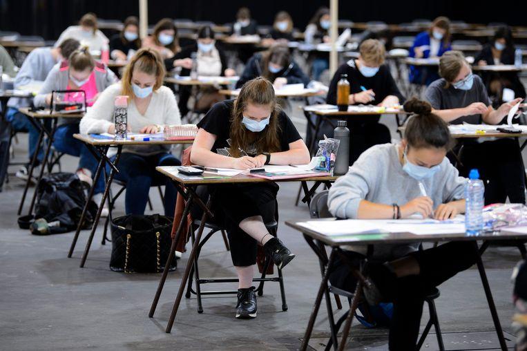 Studenten leggen met mondkapjes op examens af. Beeld Photo News