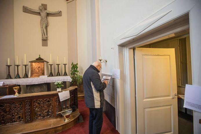 In de St. Willibrorduskerk in Vlierden doen ouderen een speurtocht die bedoeld is voor kinderen.